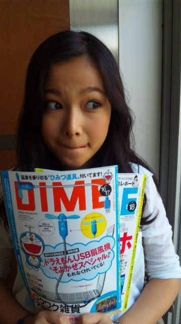 読書をしている草刈麻有さん